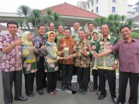 Piagam Adipura<BR>Bupati bersama Kepala BLH dan Kepala DKP